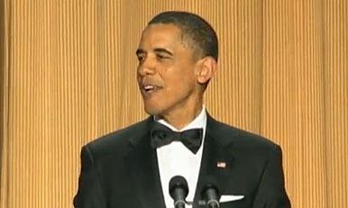 ברק אובמה, בקטע הסטנד-אפ השנתי שלו, מראה שהוא מעודכן קולנועית