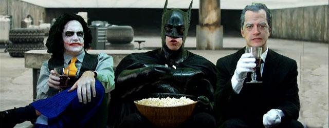 """באטמן מתלונן על החורים בעלילה של """"האביר האפל"""". באמצעות ראפ"""