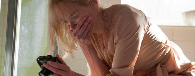 ניקול קידמן מתעוררת ומגלה לחרדתה שהיא תקועה בתוך קומדיה של אדם סנדלר, רק בלי הבדיחות