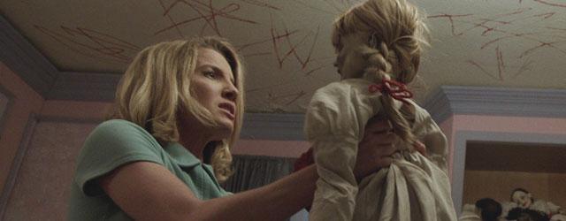 """הבובה מ""""לזמן את הרוע"""" מקבלת סרט ספין-אוף משלה, וגם כאן היא יושבת ומחייכת באופן מקריפ"""
