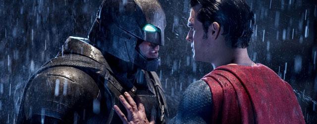 באטמן נגד סופרמן חובטים זה בזה עם כיור, וזה רציני וקודר ומדכא ואפל וארוך ומשעמם. ספיידרמן ניצח.