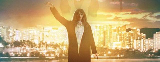 """עוד הזדמנות לראות את """"קולוסאל"""", הסרט המבריק שבו אן האתוויי היא מפלצת שמחריבה את סיאול"""