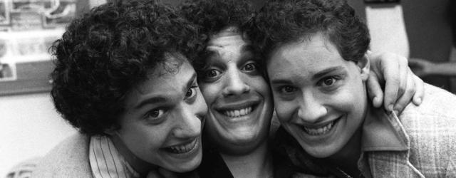 שלושה נערים בני 19 מגלים באמצע החיים שהם חלק משלישיה שהופרדה. מספר 2 יפתיע אתכם!