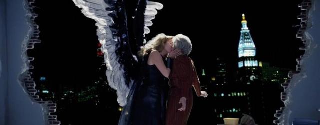 """הרבה לפני 'צ'רנוביל' אבל רגע אחרי 'הסופרנוס' - HBO הוציאה את יצירת המופת הנ""""ל, אחד מהעיבודים הבימתיים הטובים ביותר אי פעם."""